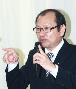 Dr David Ling: celebrity aesthetic speaker. Seen here speaking to a diplomatic circle of guest from the Ministry of Foreign Affairs.